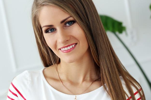 Belle fille avec un visage magnifique