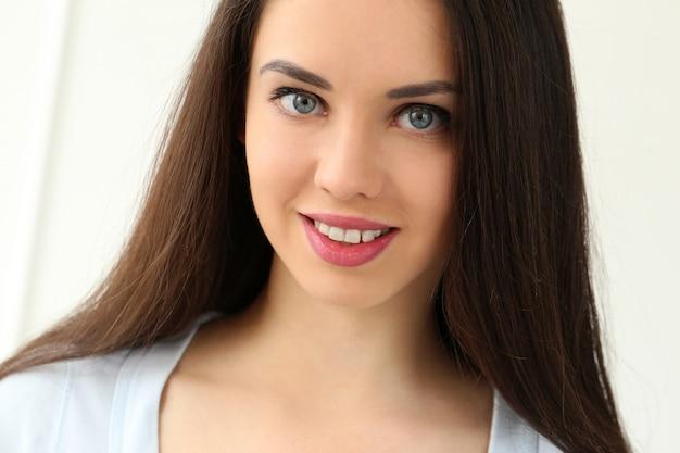 Belle fille avec un visage mignon