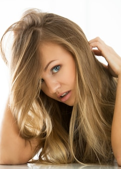 Belle fille avec un visage parfait