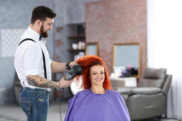 Belle fille visite un salon de coiffure
