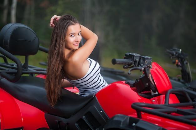 Belle fille sur un vtt à quatre roues