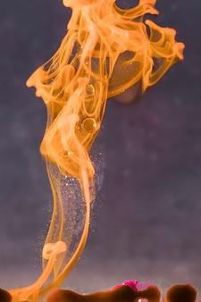 Belle flamme dorée avec des étincelles