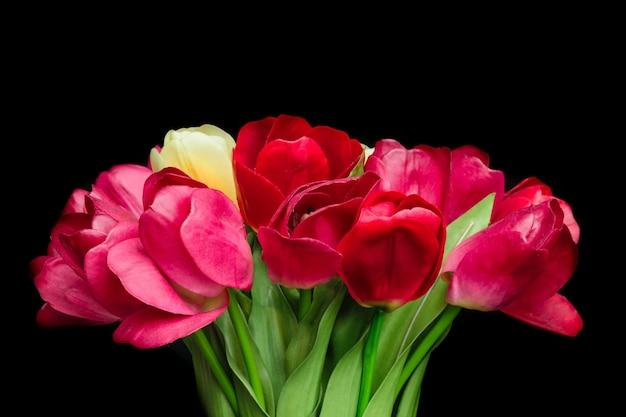 Belle fleur dans un vase noir sur fond noir
