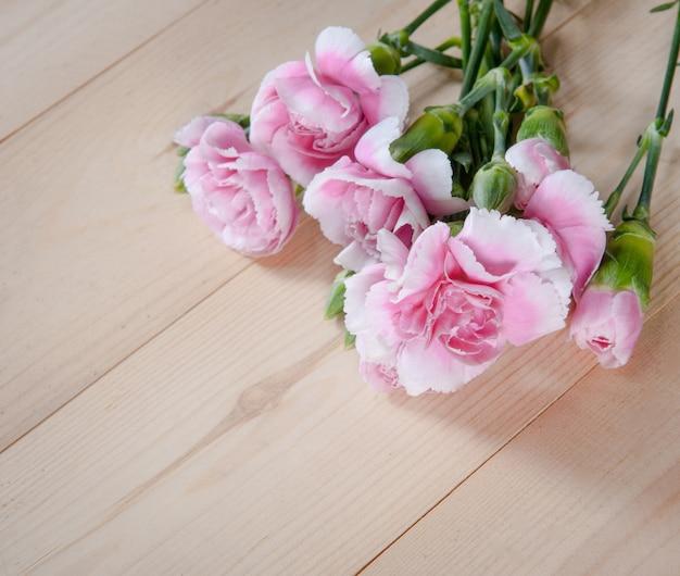 Belle fleur d'oeillets en fleurs sur un fond de bois