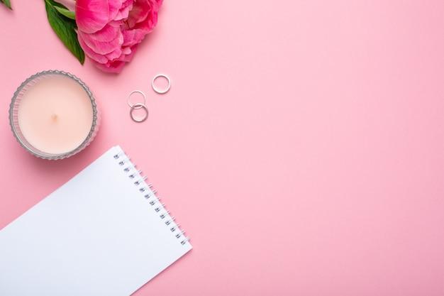 Belle fleur de pivoine rose et carnet
