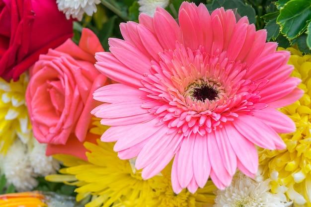 Belle fleur rose dans un bouquet, naturellement belles fleurs dans le jardin