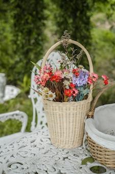 Belle fleur sur la table dans le café