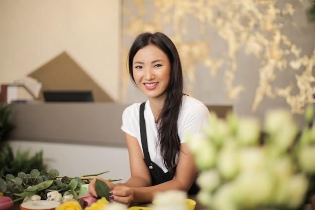 Belle fleuriste asiatique