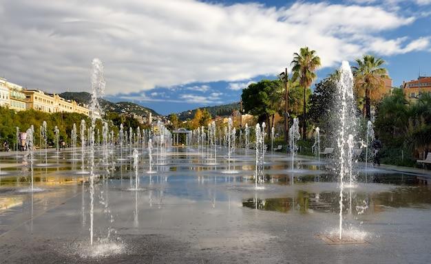 Belle fontaine d'avion dans le parc de la promenade du paillon