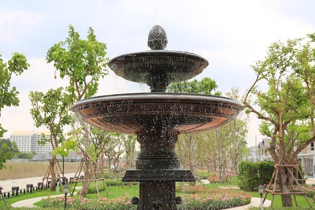 Belle fontaine dans le jardin du parc. l'eau coule de la fontaine.
