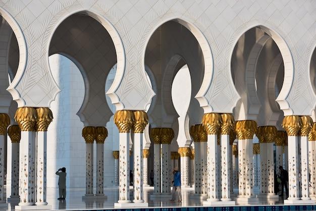 Belle galerie de la célèbre mosquée blanche sheikh zayed à abu dhabi, émirats arabes unis