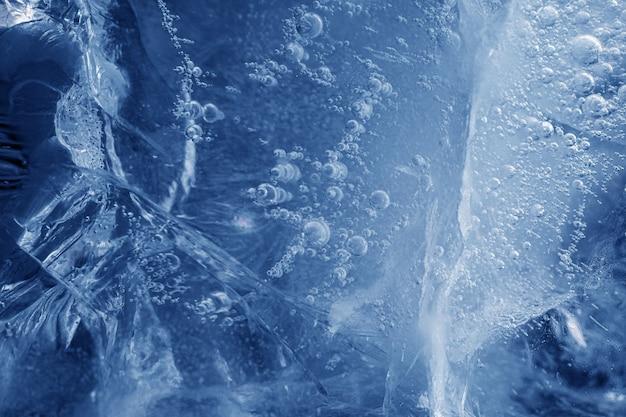 Belle glace bleue avec des fissures. fond givré