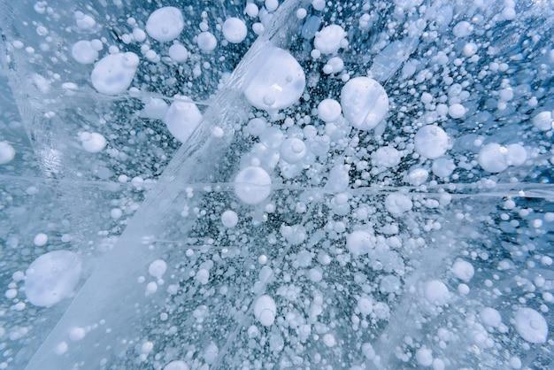 Belle glace du lac baïkal avec des fissures abstraites
