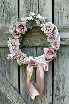 Belle guirlande de noël ou d'automne faite à la main décorée avec un arc, des fleurs, des ornements