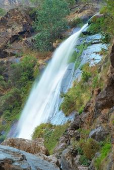 Belle haute cascade tibétaine dans les montagnes