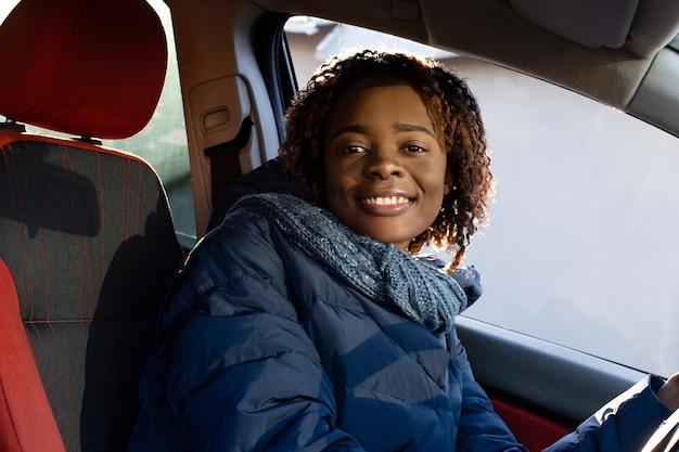 La belle et heureuse afro-américaine dans la voiture