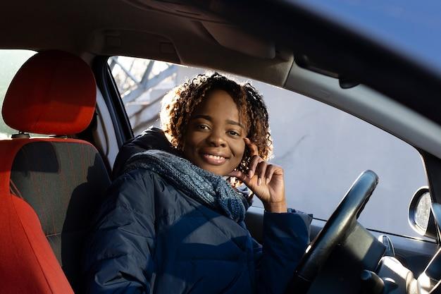 Belle et heureuse afro-américaine en voiture