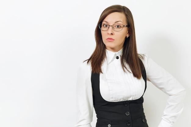 Belle heureuse jeune femme d'affaires aux cheveux bruns souriante en costume noir, chemise blanche et lunettes à la recherche d'une caméra isolée sur fond blanc. gestionnaire ou ouvrier. copiez l'espace pour la publicité.