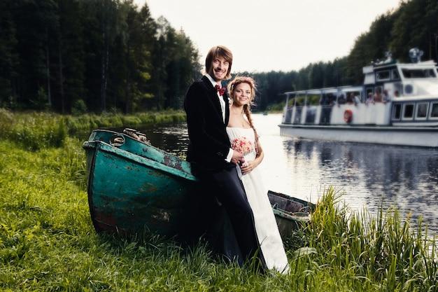Belle heureuse jeune mariée et le marié
