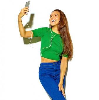 Belle heureuse mignonne souriante brunette femme fille dans des vêtements décontractés