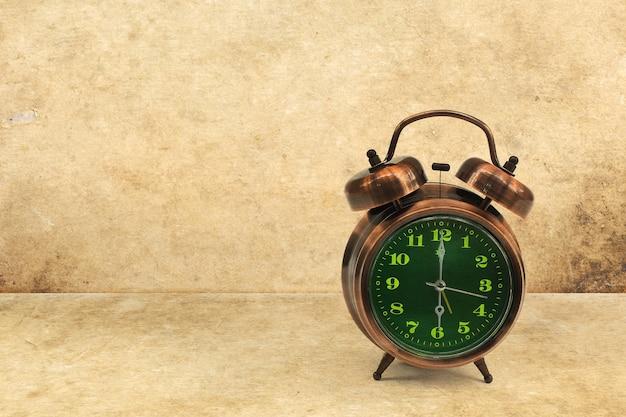 Belle horloge vintage avec écran vert