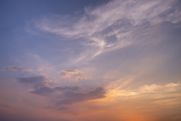 Belle idée de ciel coucher de soleil de couleur vibrante pour le fond