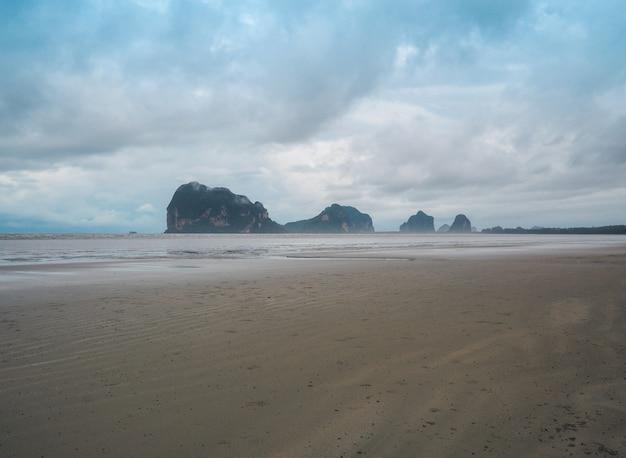 Belle île avec des plages de sable de la mer d'andaman, province de trang. sud de la thaïlande