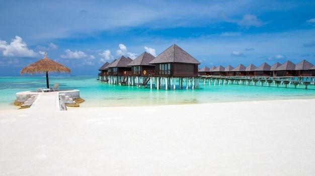 Belle île tropicale des maldives avec plage. mer avec bungalows sur pilotis