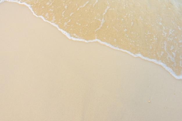Belle île tropicale des maldives avec plage de sable blanc et mer