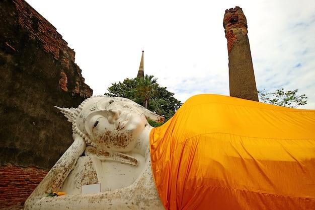 Belle image de bouddha couché médiéval à wat yai chai mongkhon, thaïlande