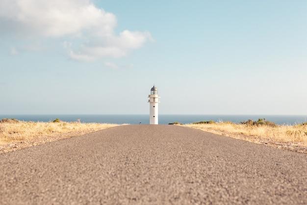 Belle image d'un phare au bout d'une route