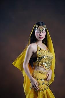 Belle indienne jeune femme modèle hindou. sarre de costume traditionnel indien jaune.