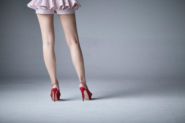 Belle jambe de la femme dans une bannière de vente jupe