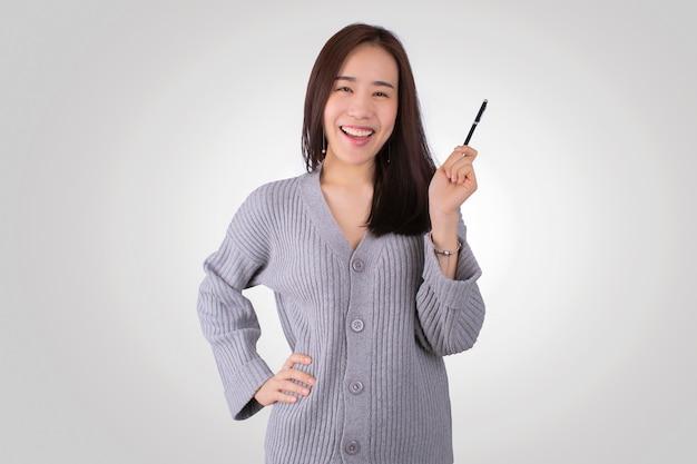 Belle jeune asie avec souriant joyeusement fond blanc isolé. regardant la caméra pointant.