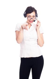 Belle jeune assistant de centre d'appel souriant, isolé