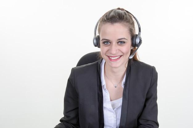 Belle jeune assistante de centre d'appels souriante, isolée