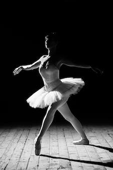 Belle jeune ballerine posant sur scène