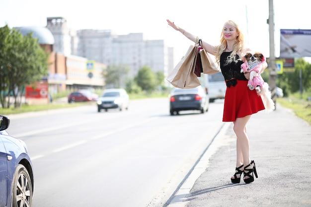 Belle jeune blonde en promenade avec petit chien