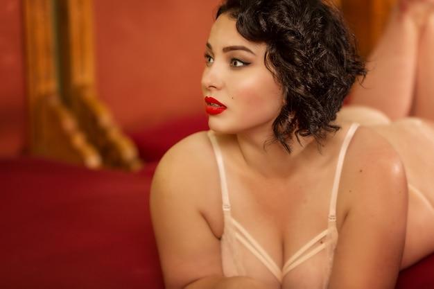 Belle jeune brune brillante avec de grandes formes en lingerie