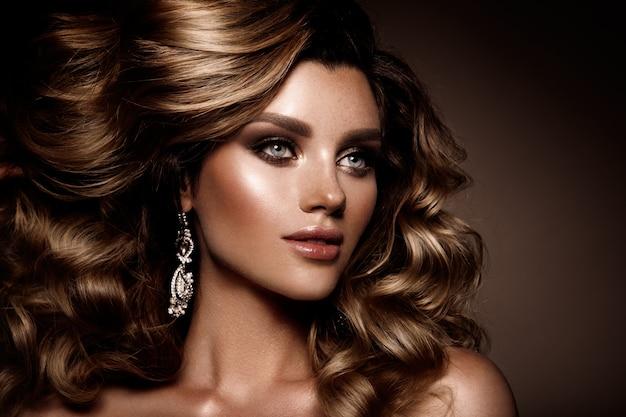 Belle jeune brune avec du maquillage
