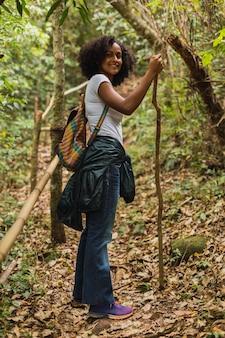 Belle jeune brune en randonnée dans la jungle