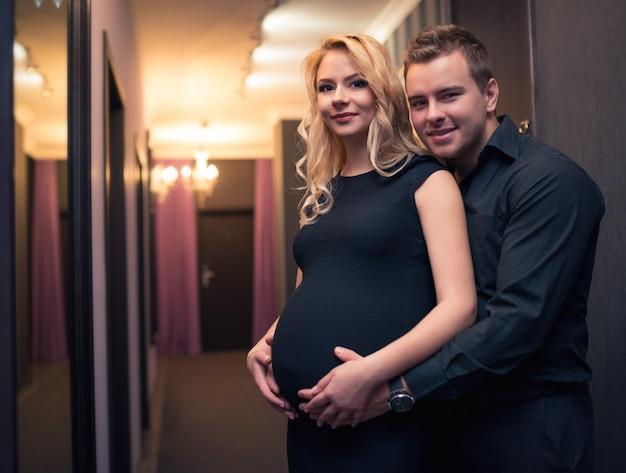 Belle jeune couple d'amoureux charmante blonde