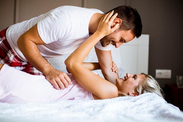 Belle jeune couple dans le lit
