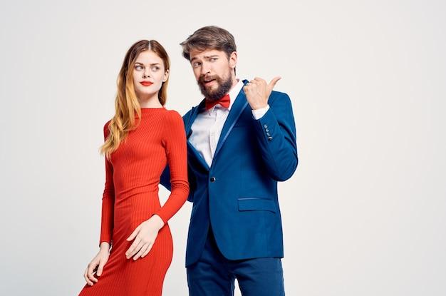 Belle jeune couple émotions gestes de la main fond isolé