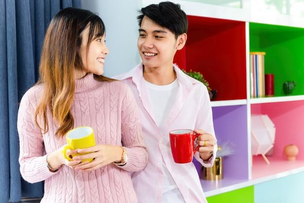 Belle jeune couple parler avec joyeux ensemble