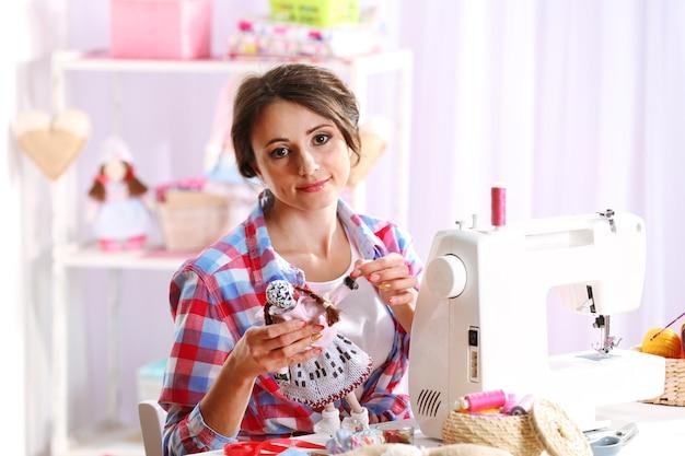 Belle jeune couturière en atelier