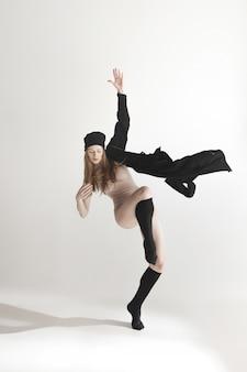 Belle jeune danseuse en maillot de bain beige danse