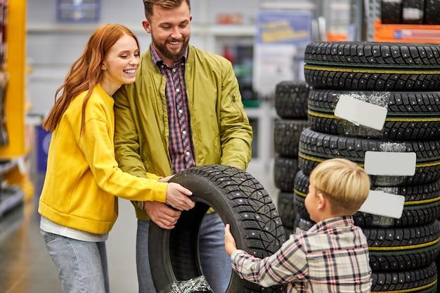 Belle et jeune famille faisant du shopping ensemble