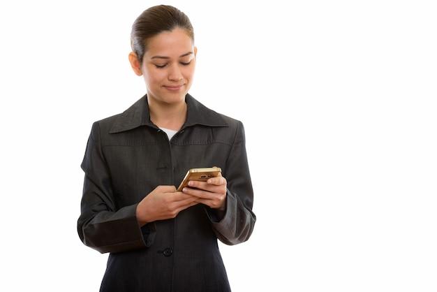 Belle jeune femme d'affaires à l'aide de téléphone mobile