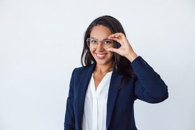Belle jeune femme d'affaires à lunettes